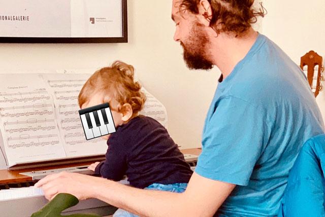 Noam am Klavier